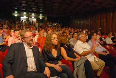 Luís Fazenda e Natasha Nunes no comício que juntou 400 pessoas no Teatro Villaret - Foto de Ana Candeias