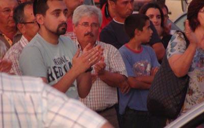 Participantes na marcha lenta assistem à intervenção de Cecília Honório