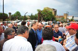 Francisco Louçã e Mighel Portas reunidos com trabalhadores da Platex. Foto de Paulete Matos