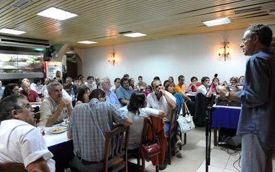 Louçã falando no jantar em Oeiras. Foto de Paulete Matos